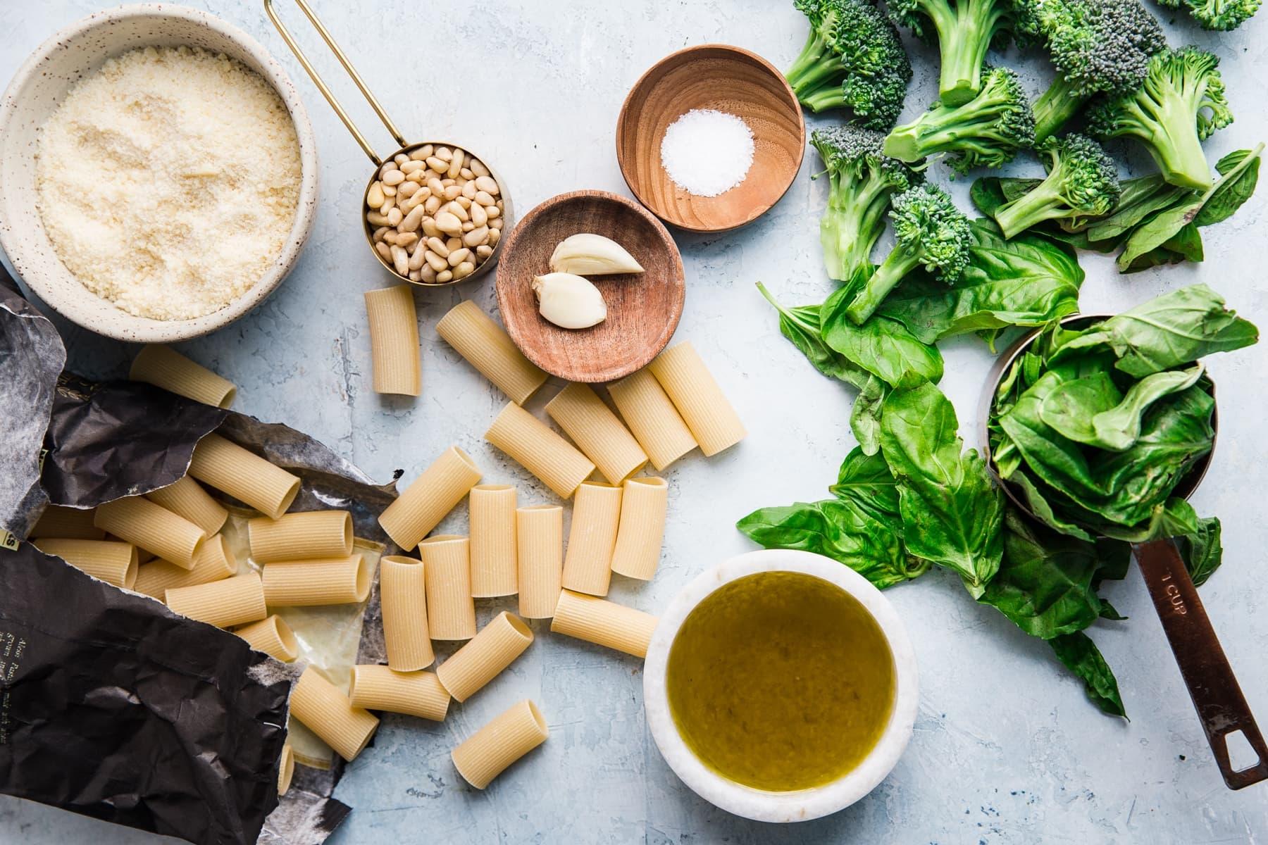 Zutaten für Brokkoli-Pesto-Nudeln, Rigatoni, Knoblauch-Parmesan, Olivenöl, Pinienkerne, Salz, Basilikum