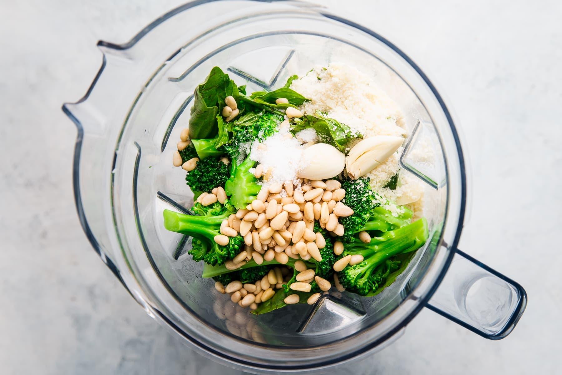 Zutaten für Brokkoli-Pesto-Nudeln, Rigatoni, Knoblauch-Parmesan, Olivenöl, Pinienkerne, Salz, Basilikum in einem Mixer